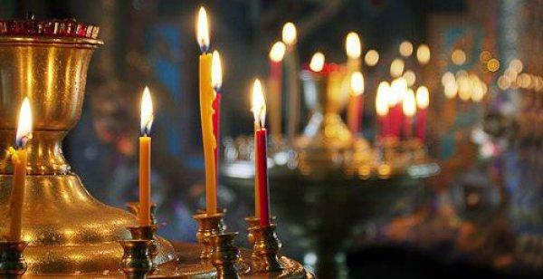 Церковные свечи на подсвечнике