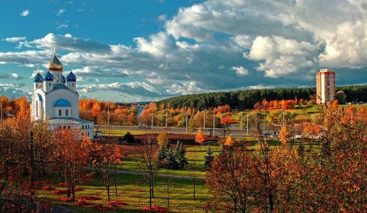 Величественный храм на фоне голубого неба и осеннего пейзажа