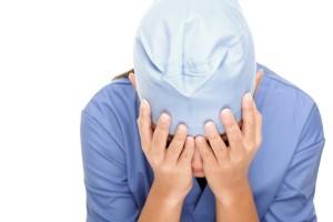 Синдром профессионального выгорания, врач закрыл лицо руками