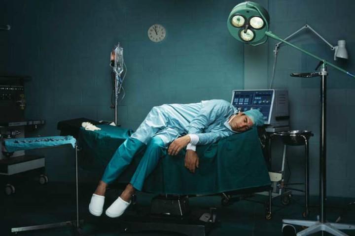 Синдром профессионального выгарания. Врач уснул на кушетке