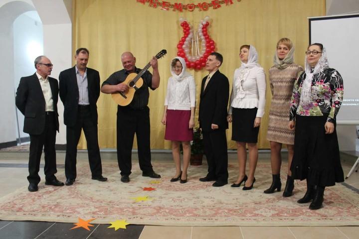 Хоровой ансамбль «Голос» исполнил композицию «Наполним музыкой сердца» и народную песню «Ветры буйные»