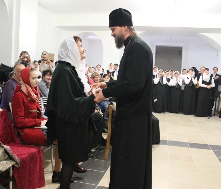 Настоятель храма протоиерей Ярослав Иванов поздравляет Наталью Мстиславовну