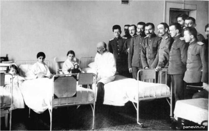 Проф. Н. А. Вельяминов на обходе в детской клинике ВМА. 1911 г.