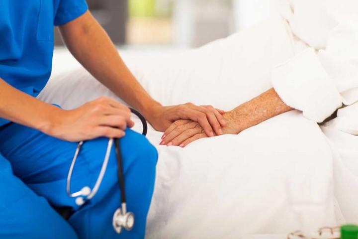 Врач с больным пациентом
