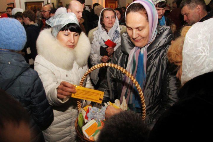 Дарение цитат-посланий святых отцов прихожанам после Рождественской службы, 7 января 2017 года, Челябинск