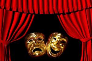 Золотая маска трагедии и комедии между красным театральным занавесом