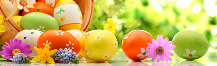 Пасхальная корзина с яйцами на фоне зелени