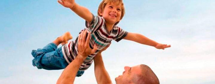 Ребенок летит на вытянутых руках отца