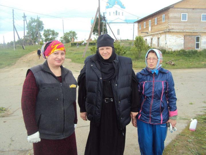 В центре - инокиня Феодосия (Новгородцева)
