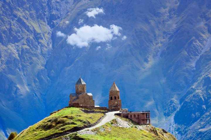 Храм в горах под облаками