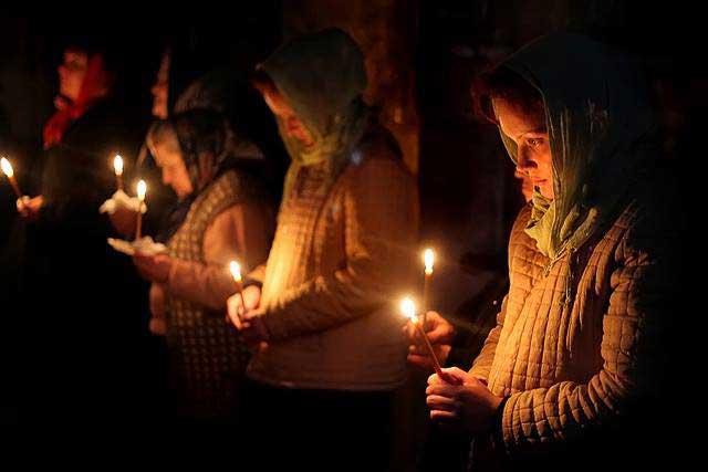 Духовный смысл поста, девушки в храме со свечкой в руке