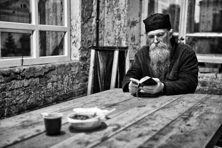 Духовный смысл поста, монах за столом читает книгу
