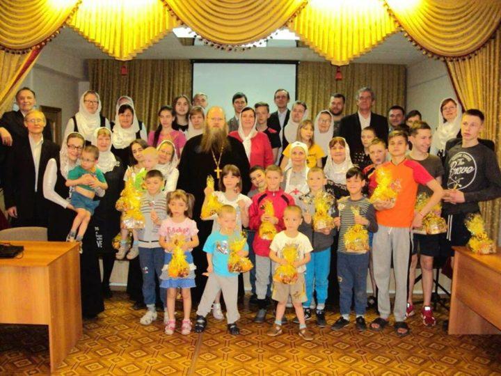 Народный хор Свято-Сергиевского прихода спел стихиры Пасхи со стариками и детьми из приюта