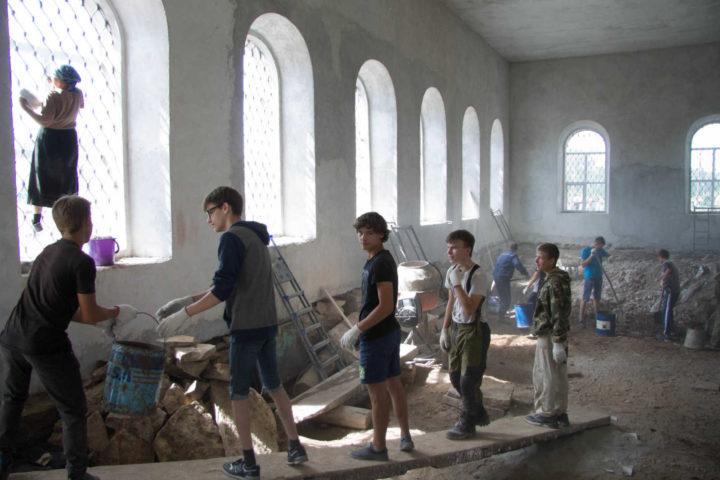 Подготовка храма святого пророка Илии к первому Богослужению за последние 86 лет