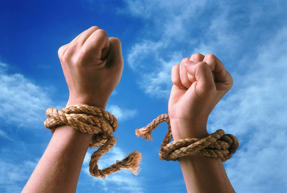 Руки разрывают веревку