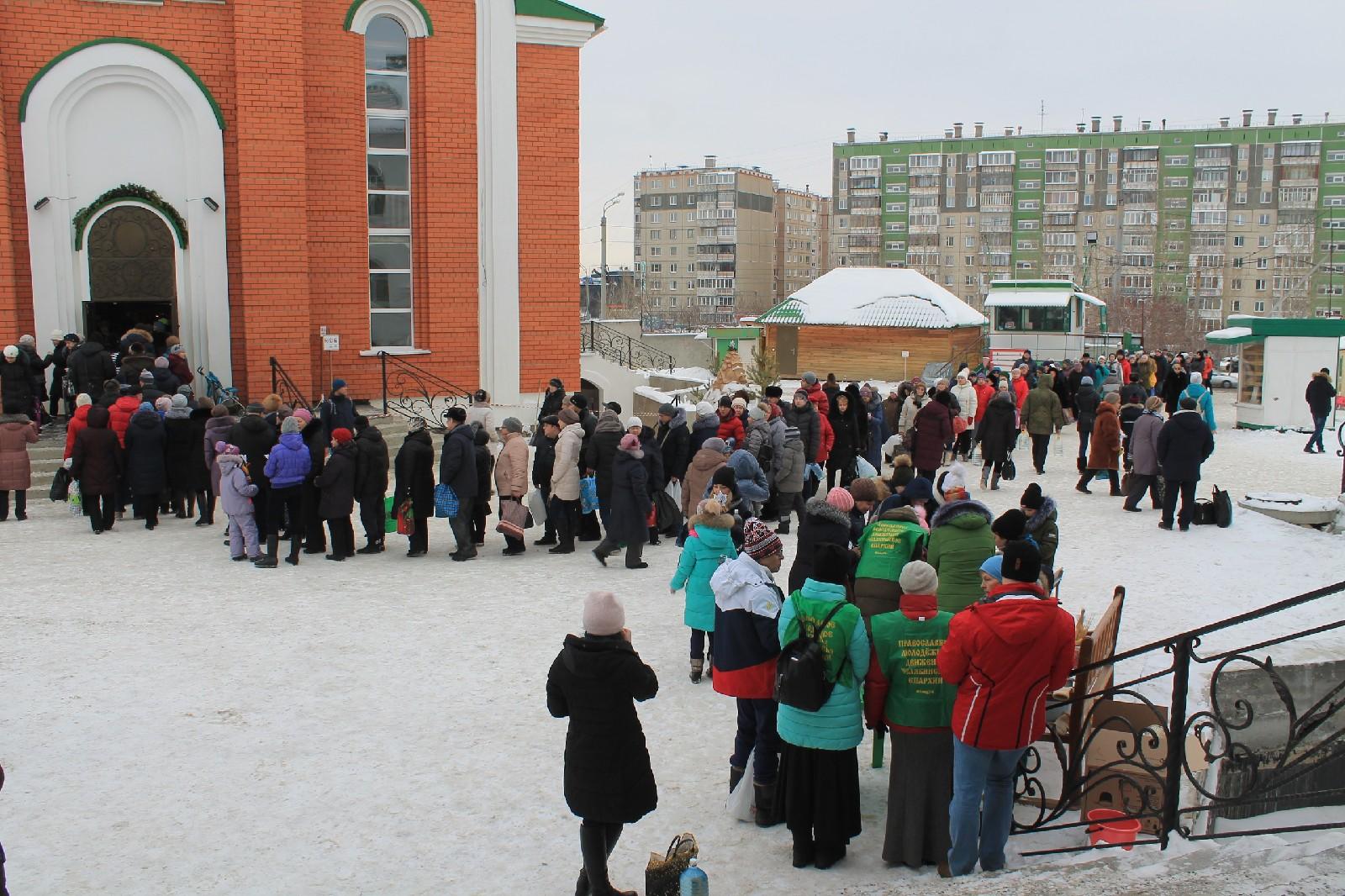 Помощь волонтеров в храме на Крещение Господне