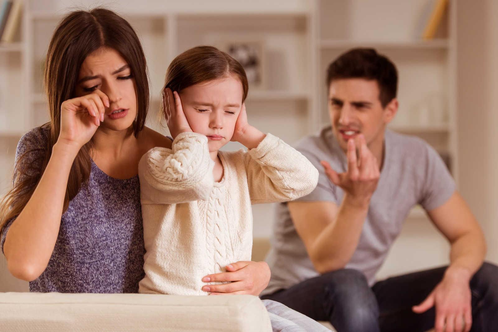 подавленный гнев: истоки психологического насилия в семье. Два родителя и ребенок, закрывший уши