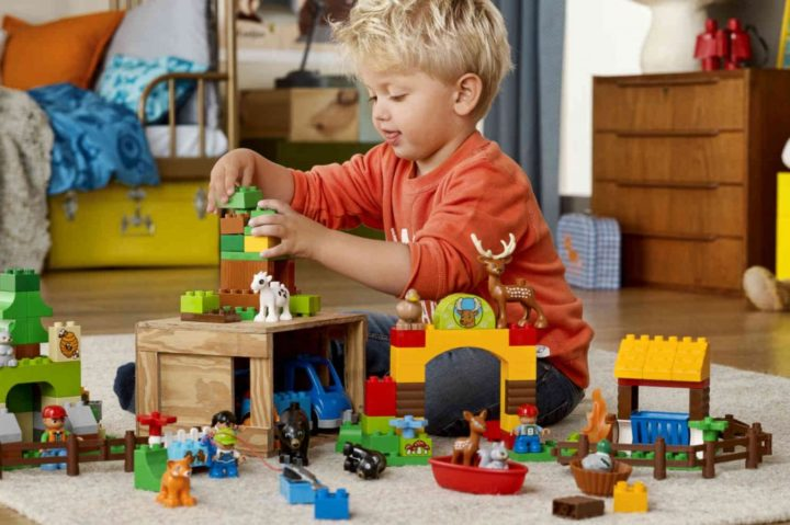 Игры с детьми. Мальчик играет в конструктор